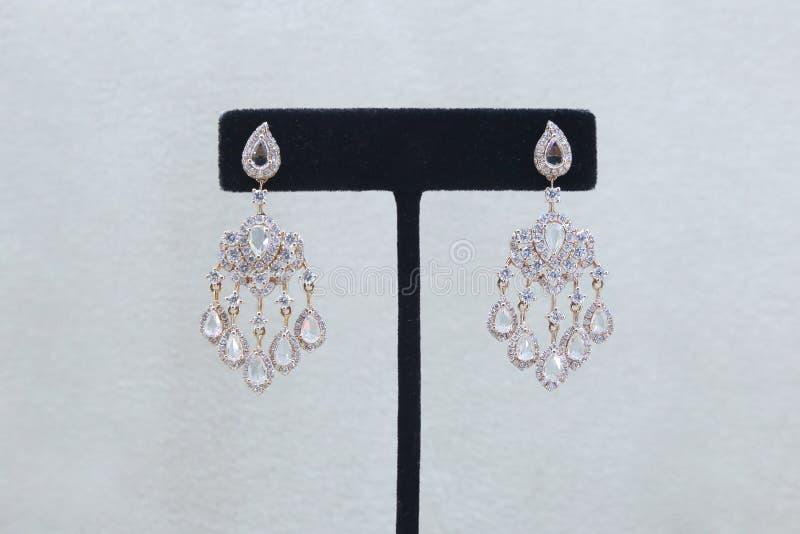 Grandes boucles d'oreille à gradins magnifiques de diamant photographie stock