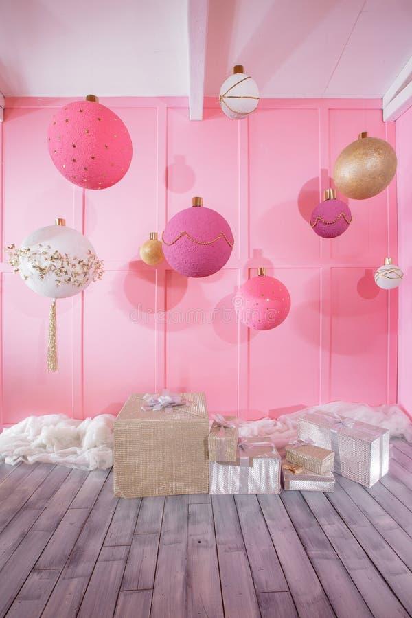 Grandes boules de Noël sur un fond rose chez la pièce des enfants photographie stock libre de droits