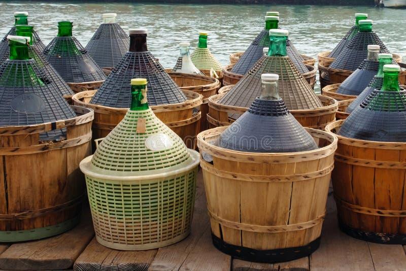Grandes bouteilles de vin en verre photo libre de droits