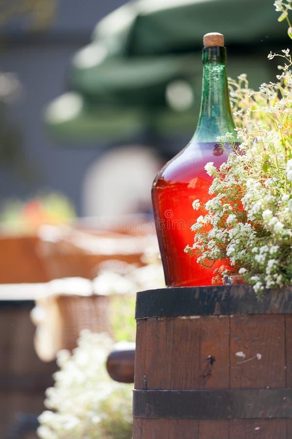 Grandes bouteilles de vin de vintage de vin rouge se tenant sur un baril Vieille bouteille scellée de vin rouge photo libre de droits