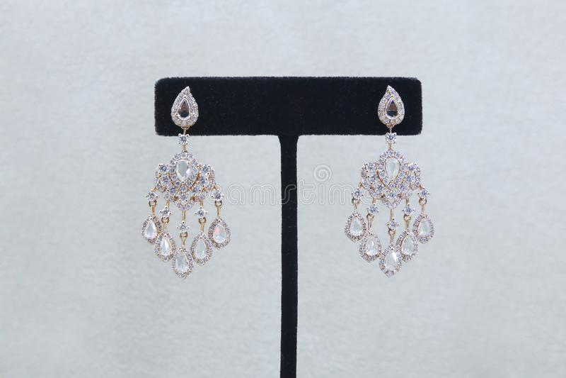Grandes brincos estratificados lindos do diamante fotografia de stock