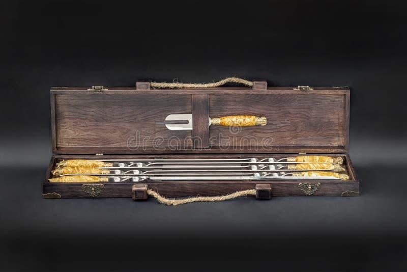 Grandes brochettes de luxe d'acier inoxydable réglées dans la boîte en bois pour le gril et le barbecue Cadeau exlusive de hau images libres de droits