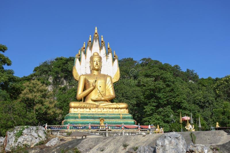Grandes budistas no céu azul e na árvore tailandeses foto de stock