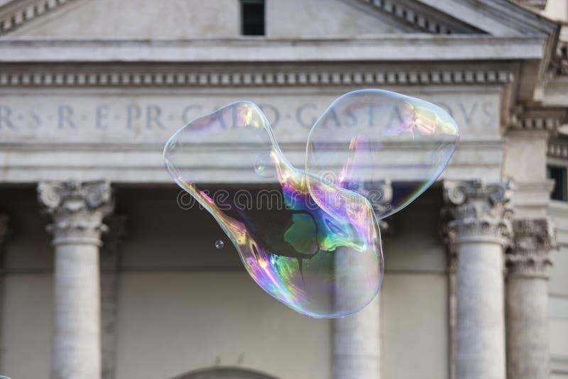 Grandes bulles de savon devant l'église Santa Maria photos stock
