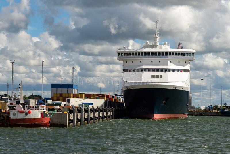 Grandes buques de carga o de crucero cargando en el puerto. Buque de contenedores industriales en la terminal. Exportación de pro fotos de archivo libres de regalías