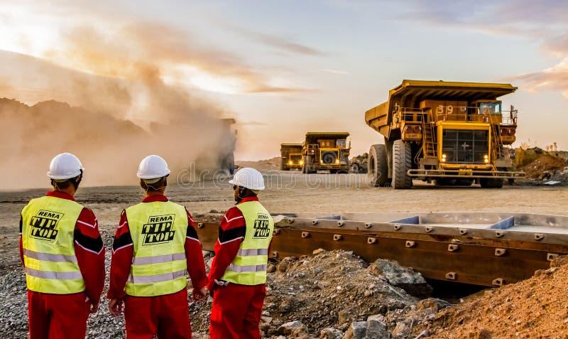 Grandes caminhões basculantes que transportam o minério da platina para processar com imagem de stock
