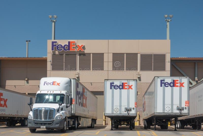 Grandes camions de livraison FedEx à l'entrepôt images stock