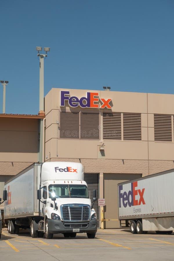 Grandes camions de livraison FedEx à l'entrepôt photographie stock