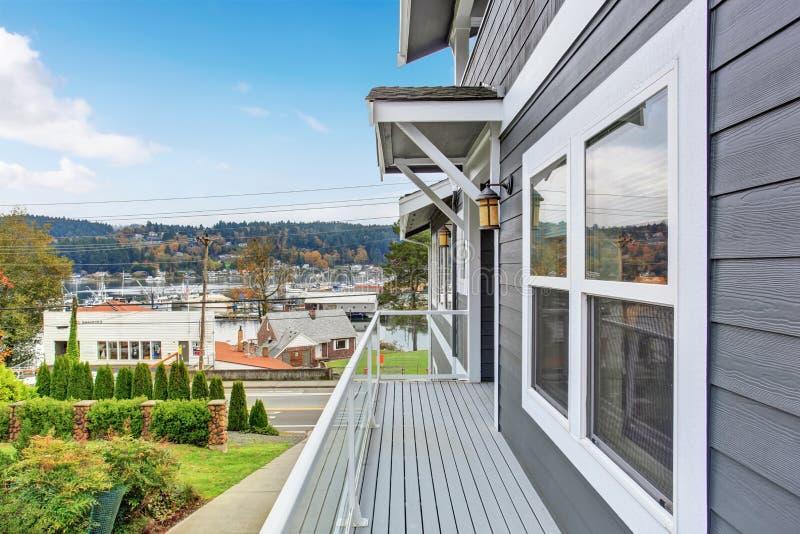 Grandes casa e garagem modernas cinzentas fotos de stock