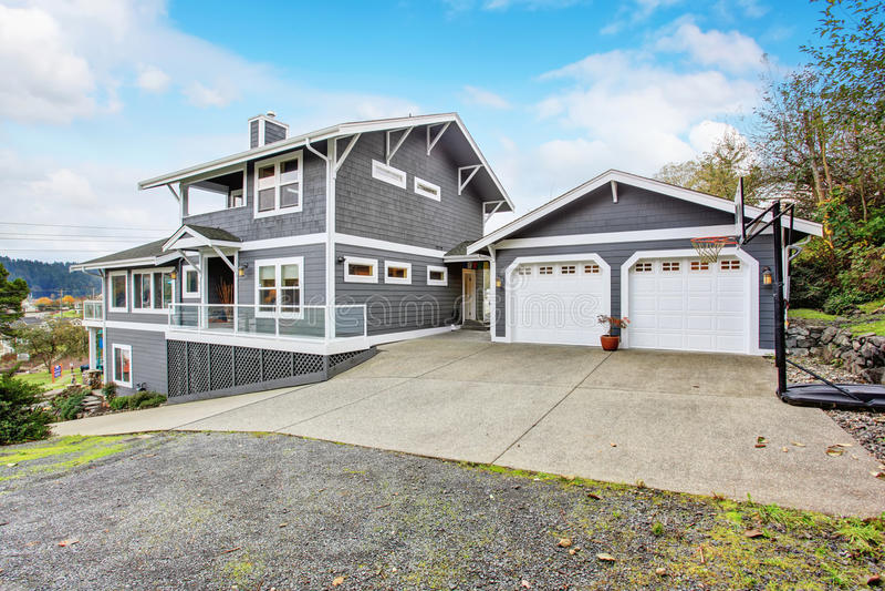 Grandes casa e garagem modernas cinzentas imagens de stock