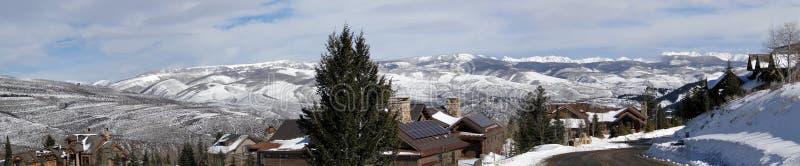 Grandes casas em montanhas do inverno fotos de stock