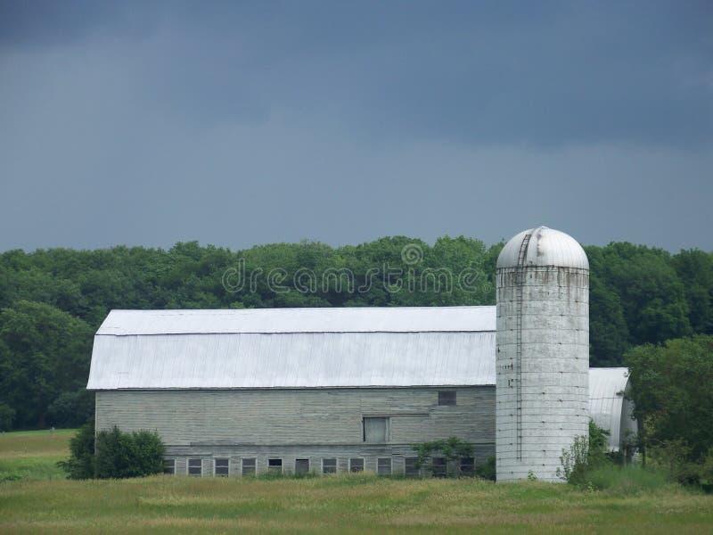 Grandes celeiro e silo cinzentos em um campo em Vermont fotos de stock