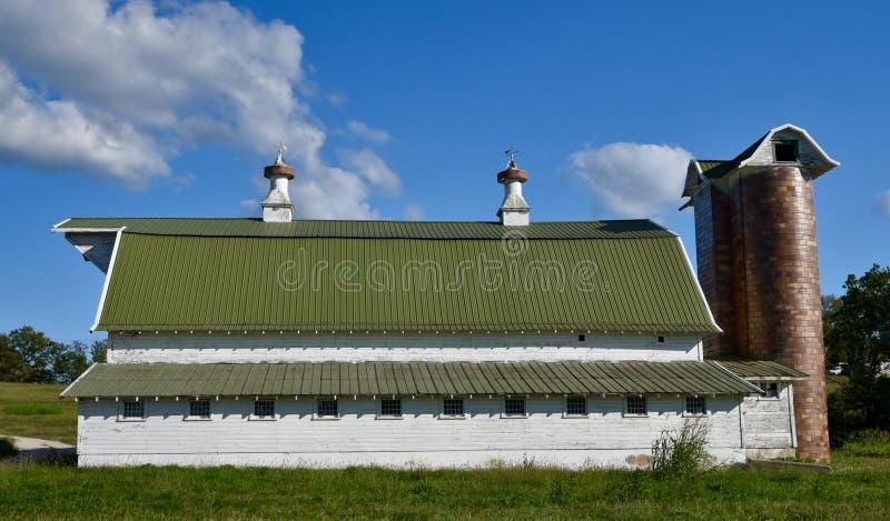 Grandes celeiro e silos de leiteria fotos de stock royalty free