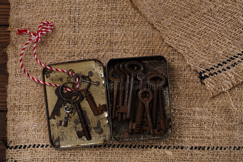 Grandes chaves oxidadas do metal do vintage na lata fotos de stock royalty free
