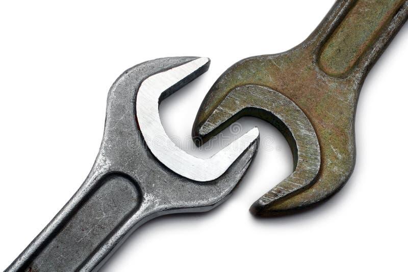 grandes clés proches deux en métal vers le haut images libres de droits