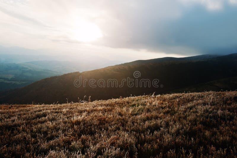 Grandes collines au matin gelé sur les montagnes carpathiennes avec le sunri image libre de droits
