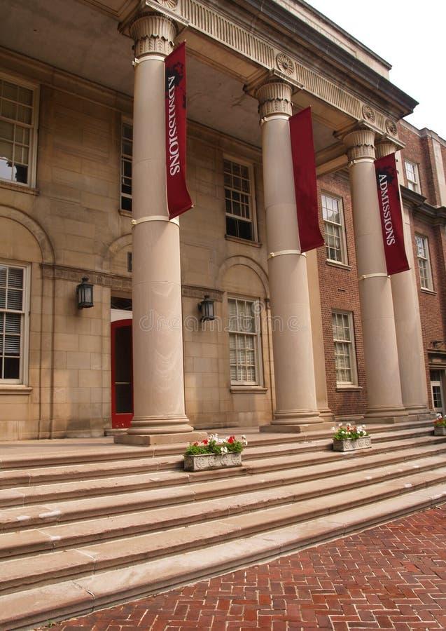 Grandes colunas em um pátio de entrada coberto imagem de stock royalty free