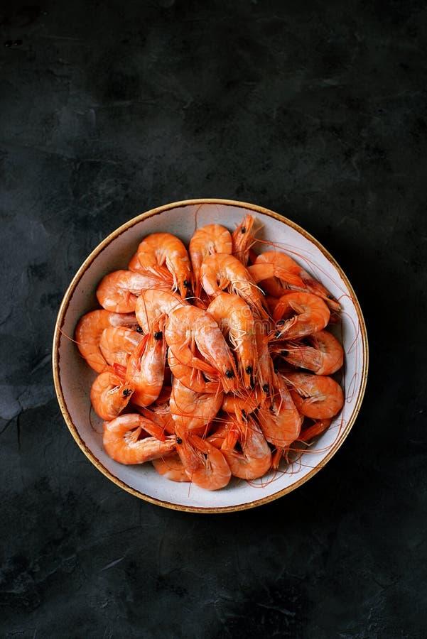 Grandes crevettes bouillies de crevettes roses de mer Nourriture saine Vue sup?rieure photographie stock