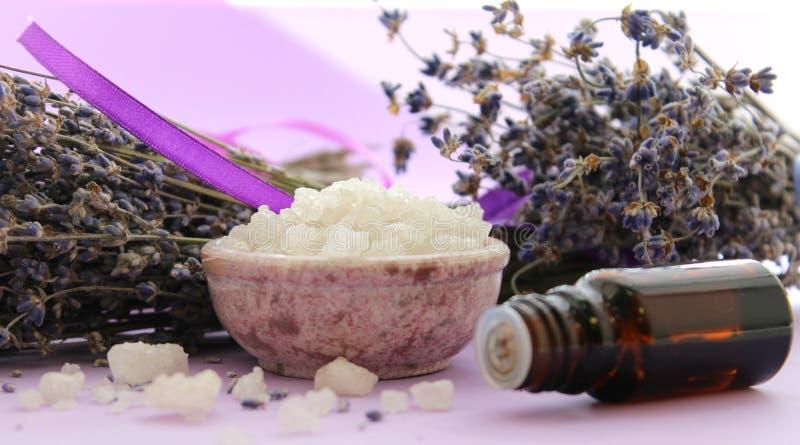 Grandes cristais do sal do mar e dos frascos de óleos essenciais Tratamentos da aromaterapia e dos termas, banhando-se, abrandame fotografia de stock royalty free