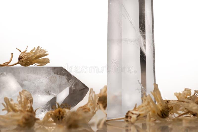 Grandes cristales reales transparentes puros claros grandes del corte del cuarzo brillante del diamante en cierre blanco aislado  imagenes de archivo