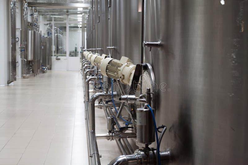 Grandes cuves en métal pour la fermentation image libre de droits