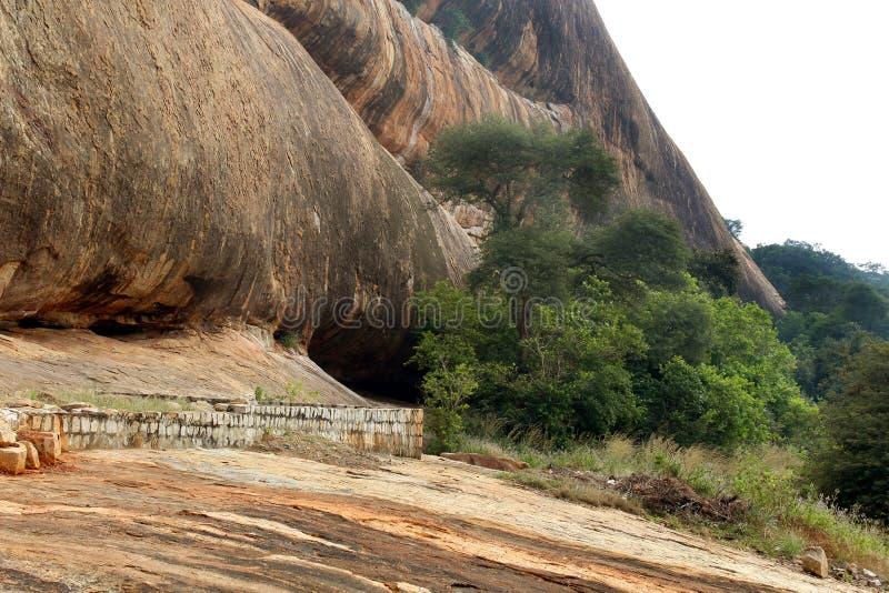 Grandes dobradores do monte da textura do complexo sittanavasal do templo da caverna imagem de stock