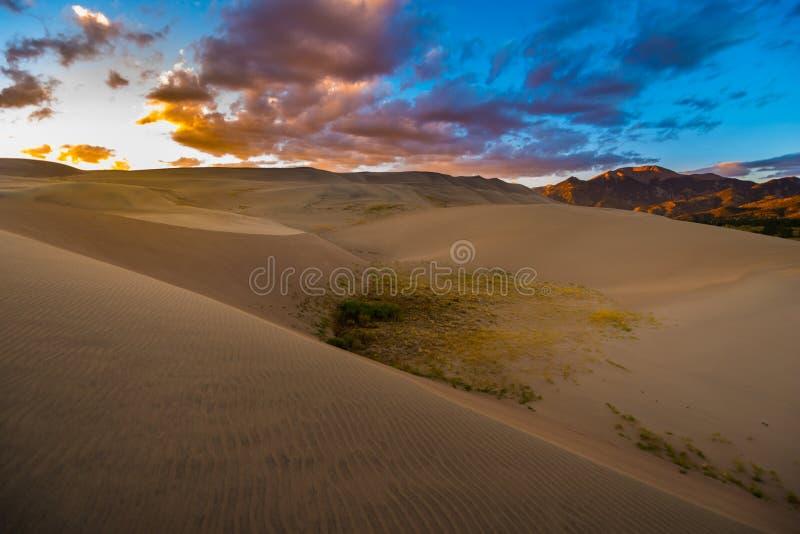 Grandes dunas de areia após o por do sol Colorado foto de stock royalty free