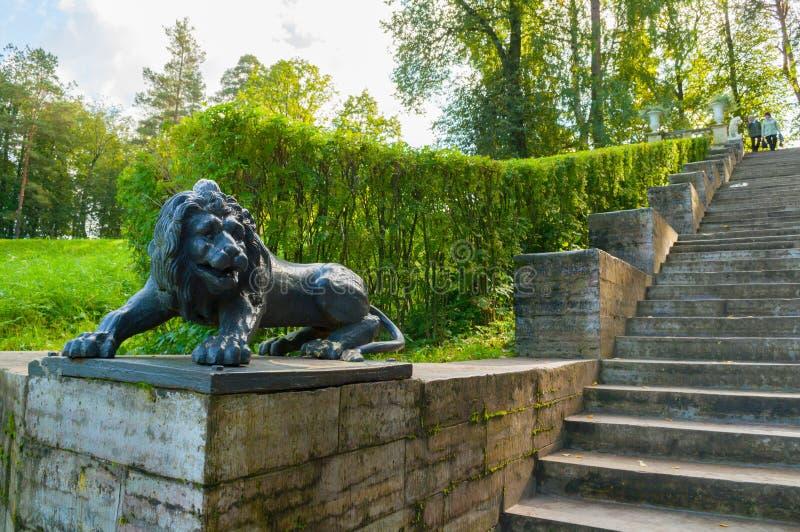 A grandes escadaria e escultura de pedra de um leão em um suporte em Pavlovsk estacionam, St Petersburg, Rússia fotografia de stock