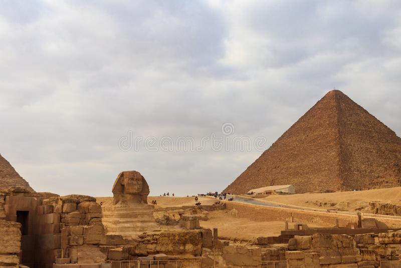 Grandes esfinge e pirâmides egípcias de Giza foto de stock royalty free