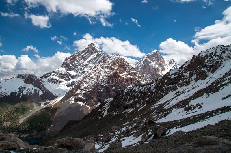 Grandes et hautes montagnes en Asie centrale, le Tadjikistan avec des clounds d'ADN de neige images stock
