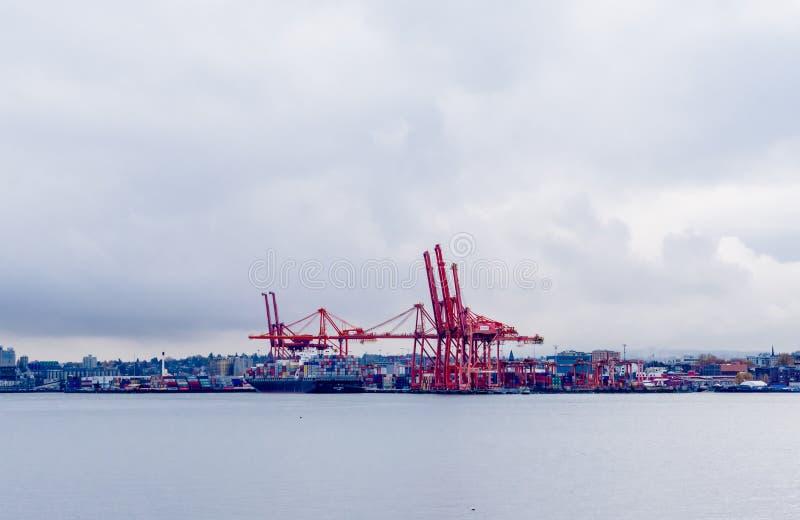 Grandes guindastes do recipiente e navio de carga no porto de Vancôver, BC, Canadá foto de stock