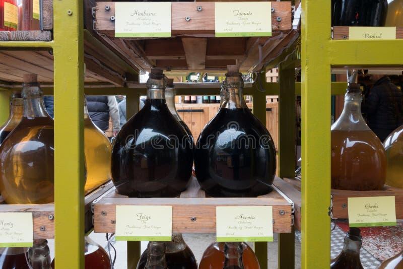 Grandes jarros de vinagre do fruto para a venda no mercado de rua imagem de stock