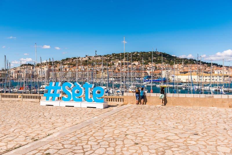 Grandes letras na terraplenagem da cidade, Sete, França fotografia de stock royalty free