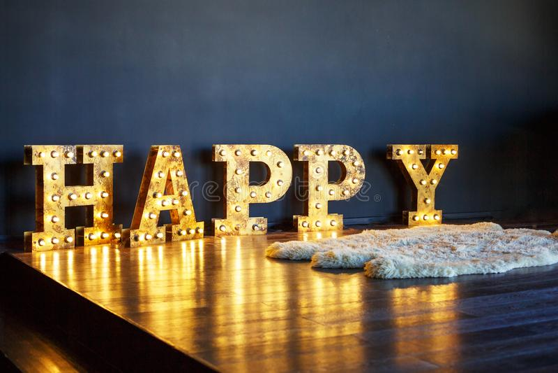 Grandes lettres rougeoyantes heureuses dans l'intérieur photo libre de droits