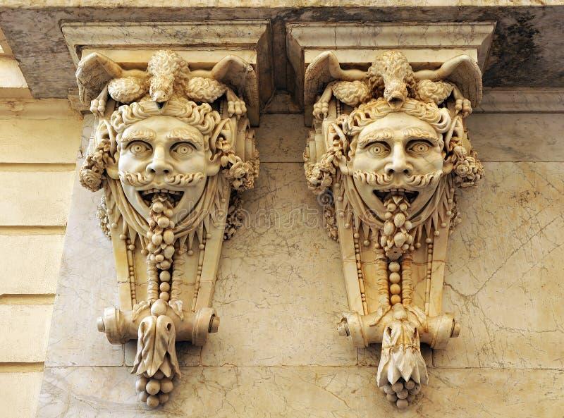 Grandes máscaras, fantasia arquitetónica, a câmara de comércio, Cadiz, a Andaluzia, Espanha imagens de stock royalty free