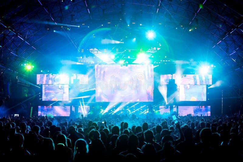 Grandes mains de foule de concert en air avec des effets de la lumière photo libre de droits