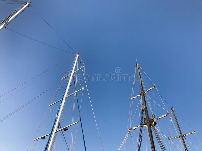 Grandes mastros altos, uma estrutura verticalmente estando em um navio, um navio apoiado por cintas, indivíduos, uma peça do equi fotografia de stock royalty free