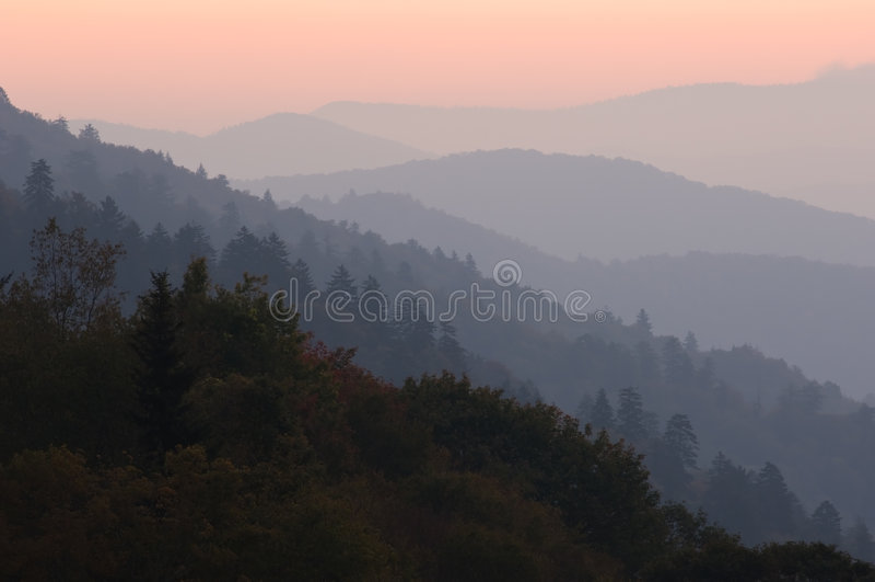 Grandes montañas ahumadas de la salida del sol imagen de archivo libre de regalías