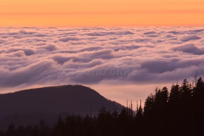 Grandes montanhas fumarentos do por do sol fotos de stock royalty free