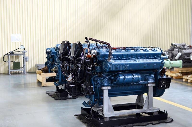 Grandes motores diésel nuevos en el taller de la fábrica para la producción de camiones Motor del coche fotografía de archivo