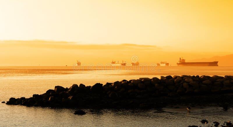 Grandes navios no porto de Vancôver imagens de stock