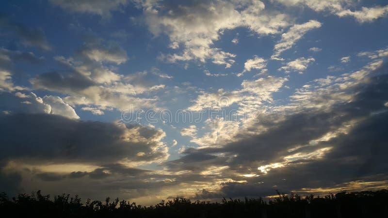 Grandes nuvens e céu azul fotos de stock royalty free