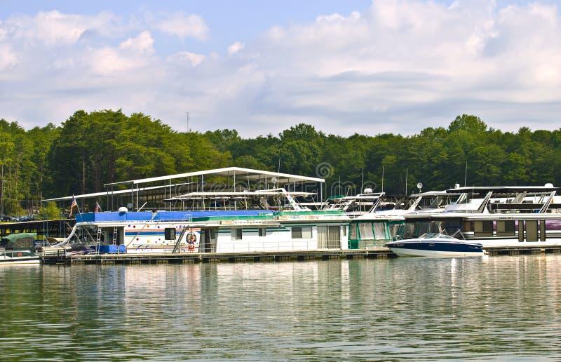 Grandes péniches aménagées en habitation aux docks photos stock