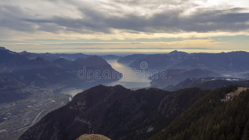 Grandes paisaje en el lago Iseo en la estaci?n del invierno, de niebla y la humedad en el aire Panorama de Monte Pora, monta?as,  imagen de archivo libre de regalías