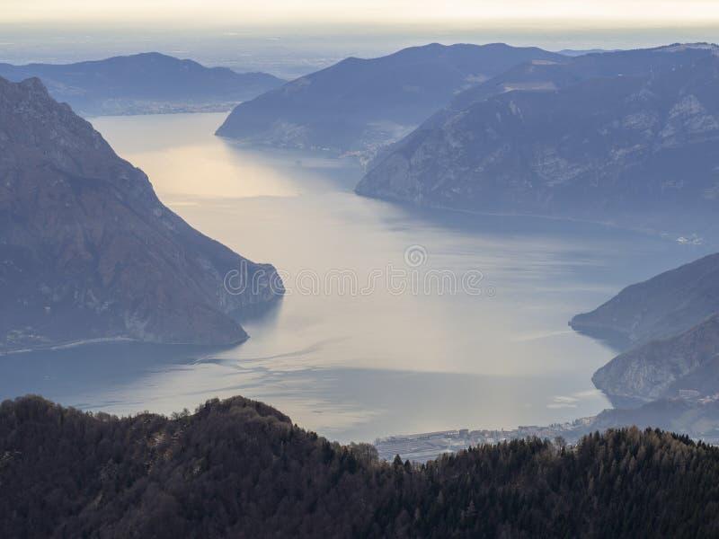 Grandes paisaje en el lago Iseo en la estaci?n del invierno, de niebla y la humedad en el aire Panorama de Monte Pora, monta?as,  imagen de archivo