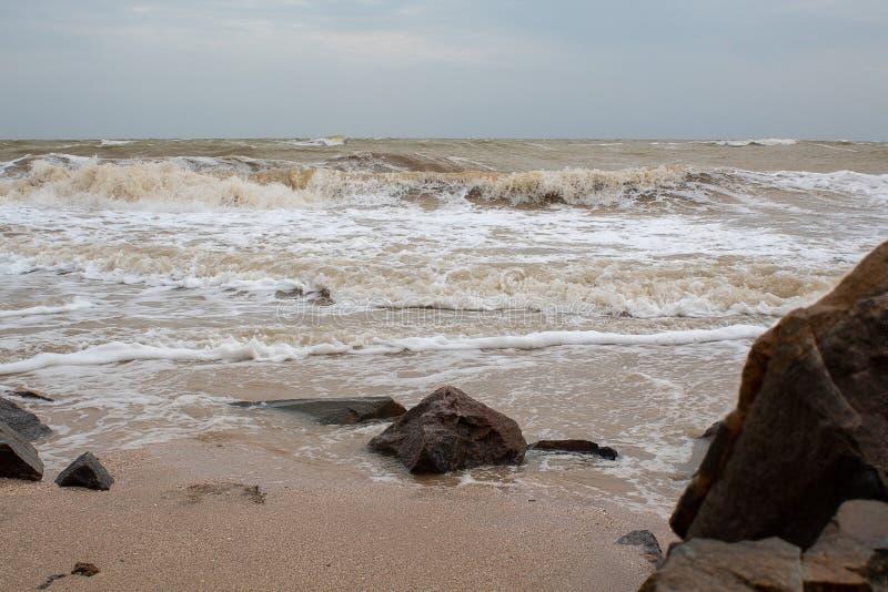 Grandes pedras pelo mar foto de stock