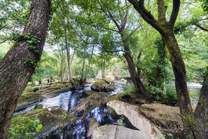 Grandes pedras que formam uma represa natural no canal da montagem fotografia de stock