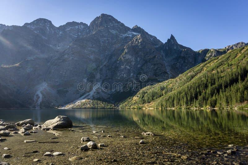 Grandes picos, agua potable en el paisaje del otoño de Morskie Oko T fotos de archivo libres de regalías