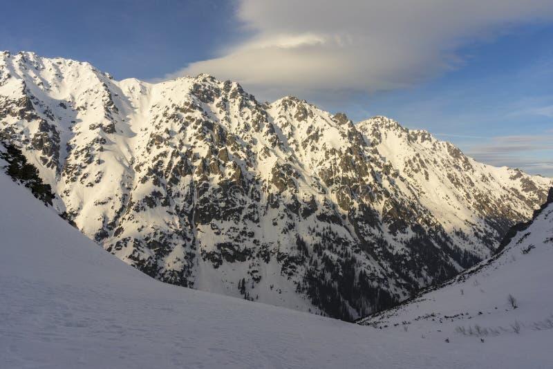 Grandes picos de las altas montañas de Tatra en paisaje del invierno polonia foto de archivo libre de regalías