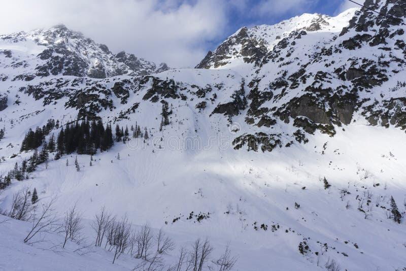 Grandes picos de las altas montañas de Tatra en paisaje del invierno polonia imágenes de archivo libres de regalías
